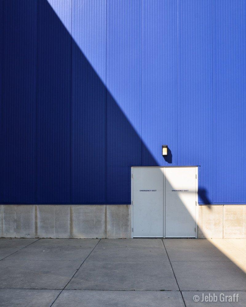 blå vägg by Photographer Jebb Graff